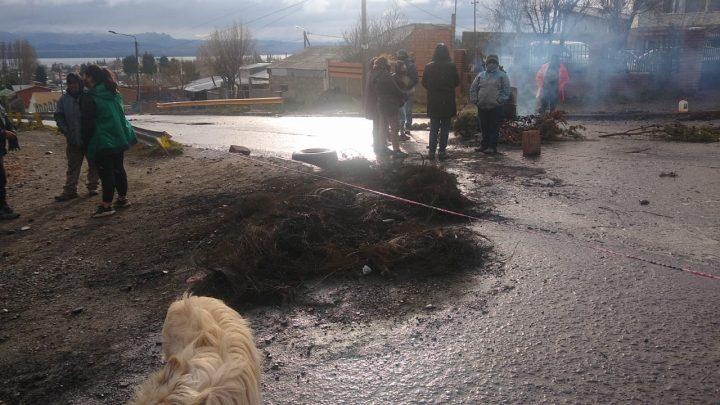 Tierra y libertad: bajo la lluvia sigue protesta barrial en Bariloche