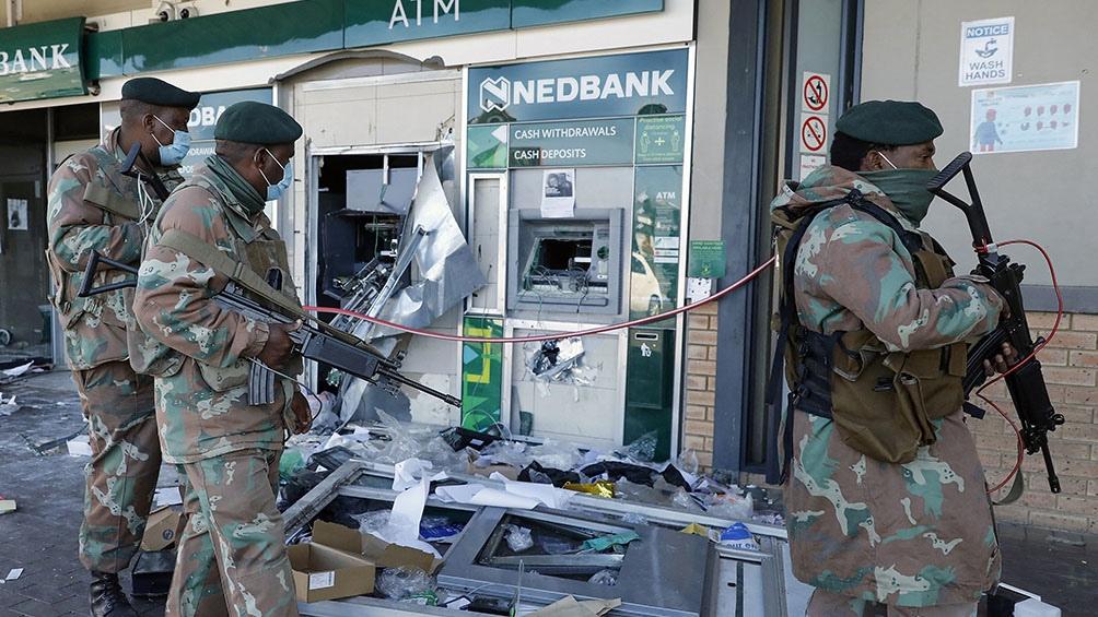 Violenta represión a protestas y saqueos en Sudáfrica