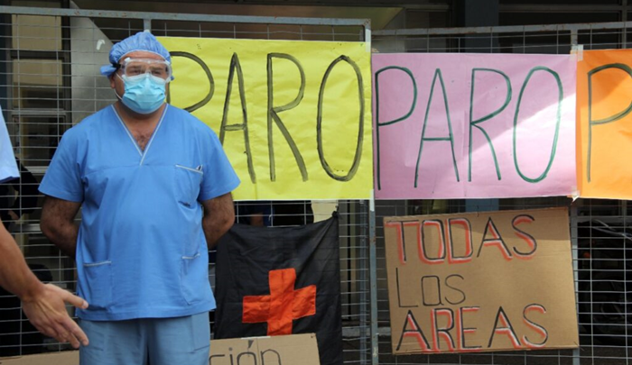 Trabajadores de la salud realizan un paro