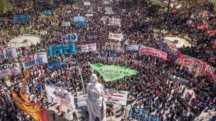 Masiva movilización popular contra el ajuste del gobierno